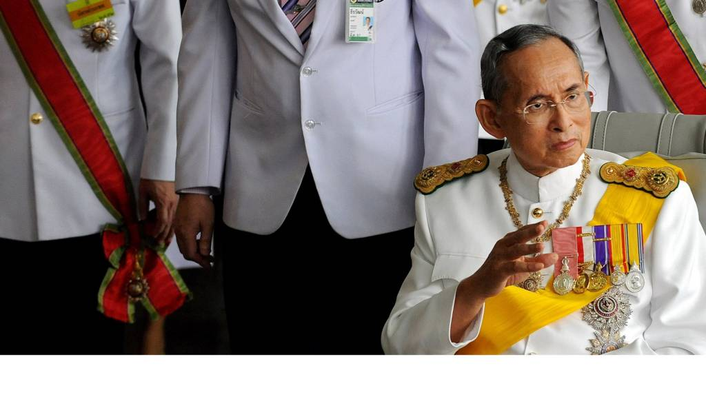 Thai King Bhumibol Adulyadej (C) waves to a crowd of well-wishers as he leaves the Siriraj Hospital on a wheelchair pushed by doctors, in Bangkok on December 5, 2009