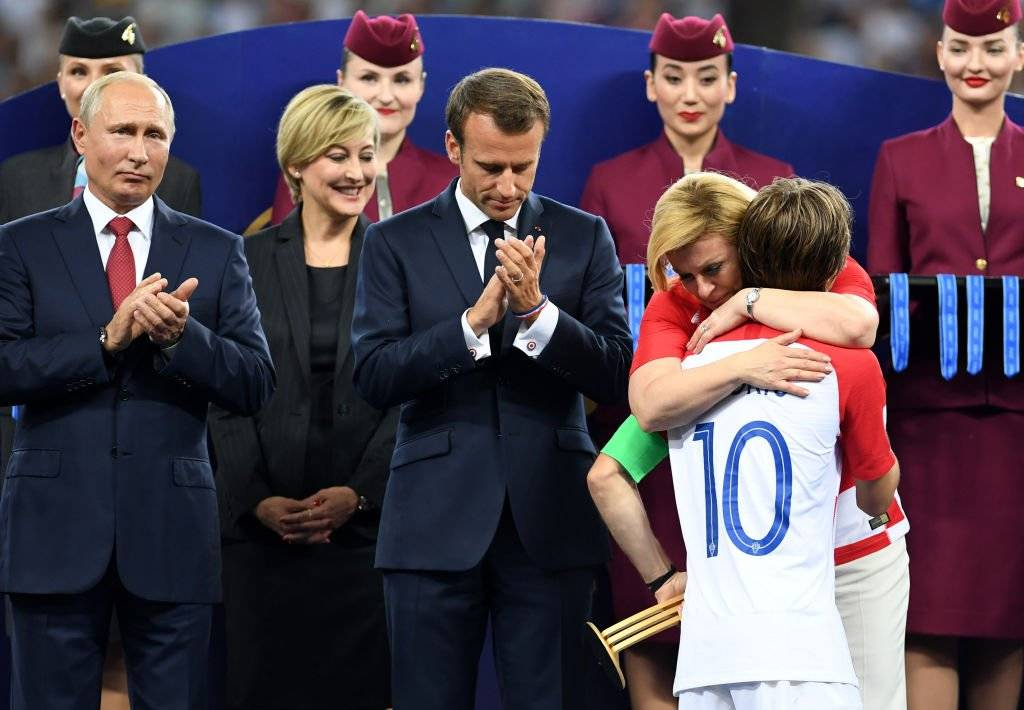 رئيسة كرواتيا تعانق لوكا مودريتش