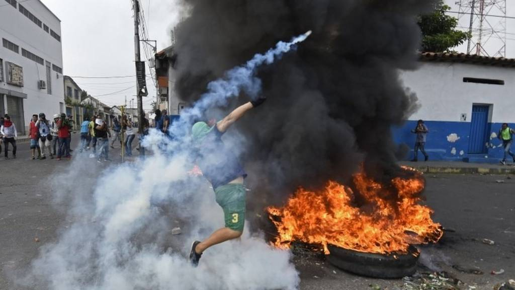 Venezuelan protester clashes with troops near the border with Colombia. Photo: 23 February 2019