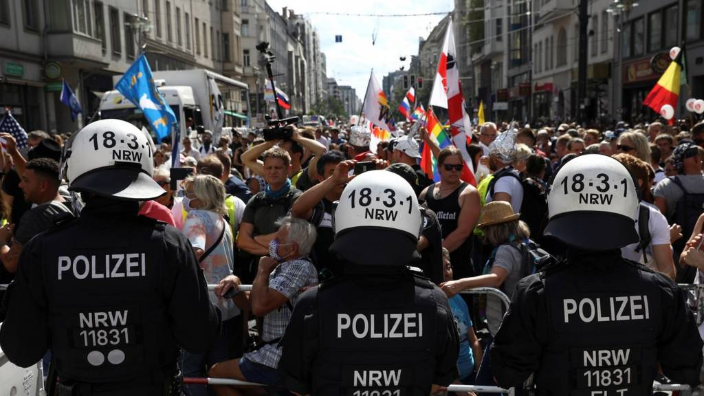 Police and protesters in Berlin (29 Aug)