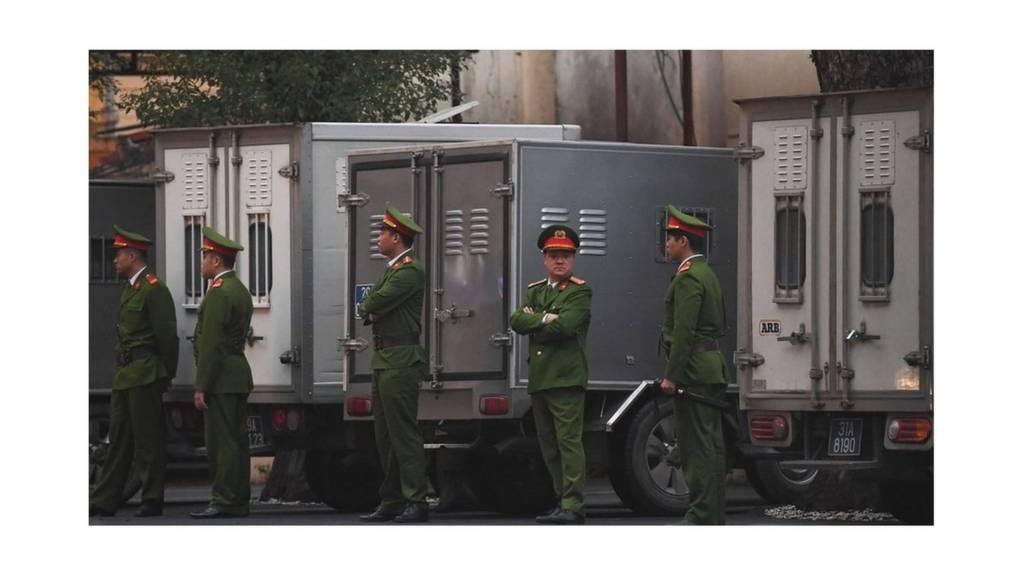 """Ông Đinh La Thăng và 21 """"đồng phạm"""" ra tòa hôm 8/1/2018."""