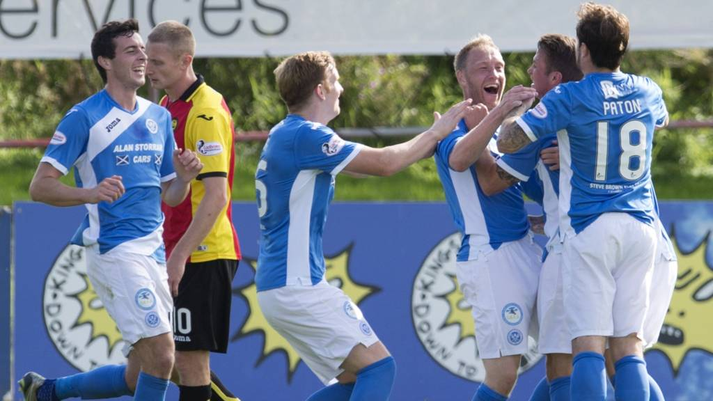 The Saints players congratulate Steven Anderson on his amazing goal