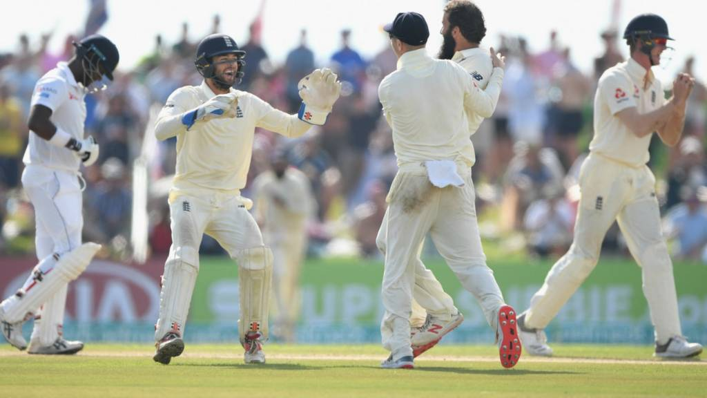 England bowler Moeen Ali (2nd r) is congratulated by Jack Leach and Ben Foakes after dismissing Sri Lanka batsman Angelo Mathews
