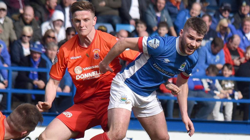 Linfield play Dungannon Swifts