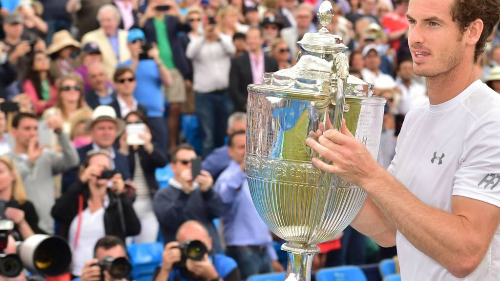 Andy Murray lifts the trophy