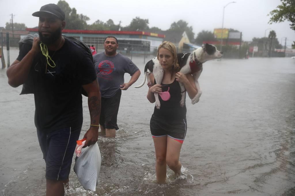 تحمل كلبها وسط الفيضان