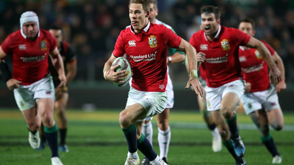 Liam Williams runs with the ball