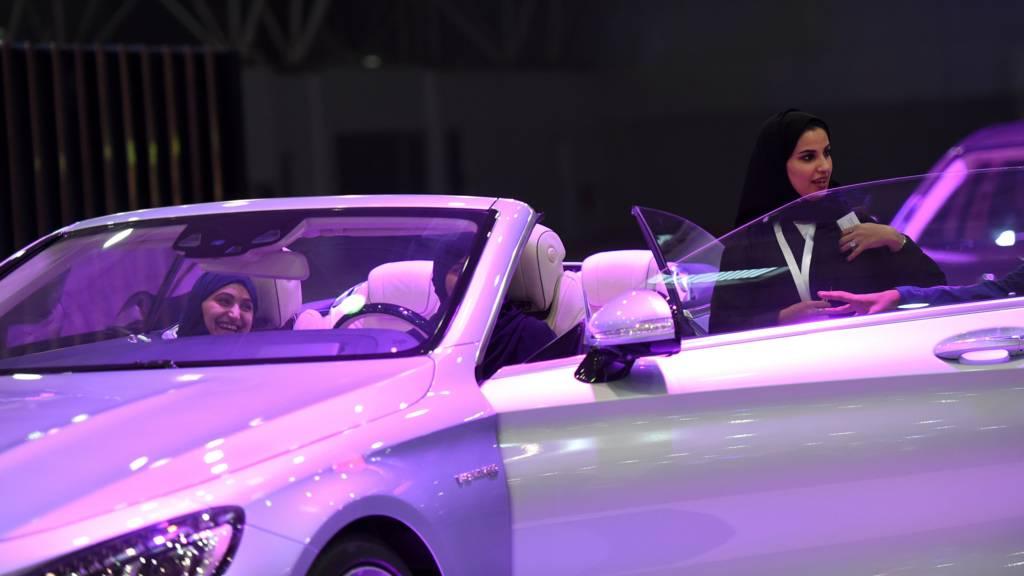 نساء سعوديات في معرض للسيارات في الرياض
