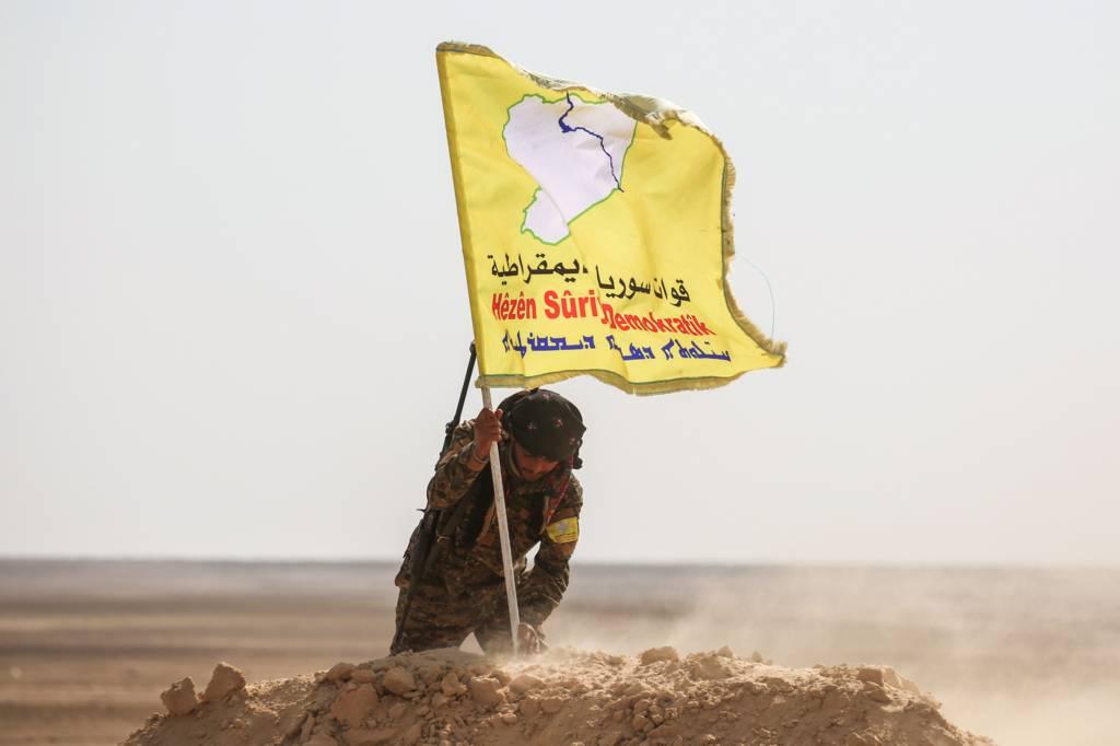 قوات سوريا الديمقراطية شمالي سوريا ترفع علمها على تلة