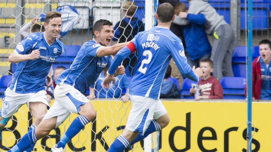 St Johnstone's Graham Cummins (centre) celebrates his goal