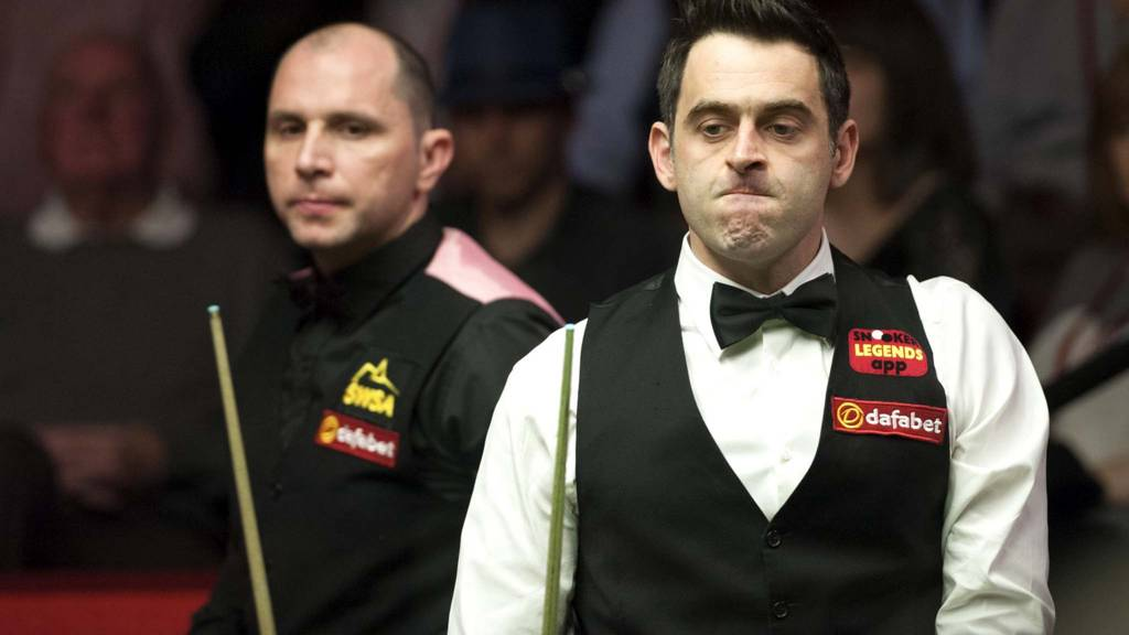 Ronnie O'Sullivan stands alongside Joe Perry