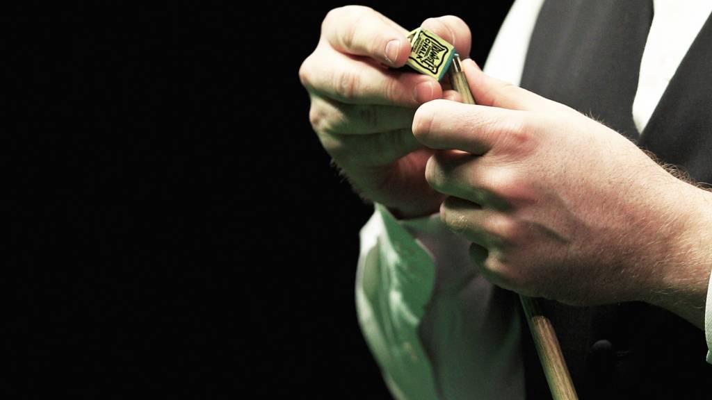 Shaun Murphy chalks his cue