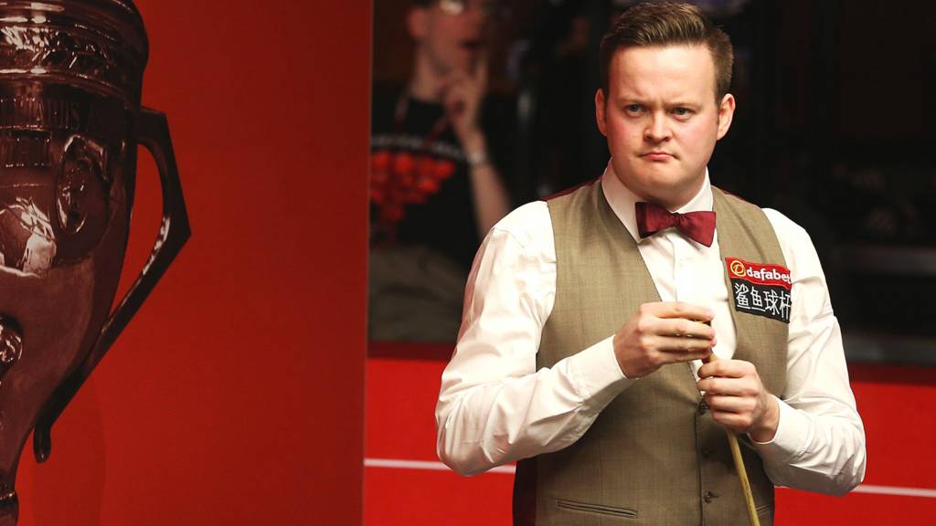 Shaun Murphy chalks his cue during his second round match against Marco Fu