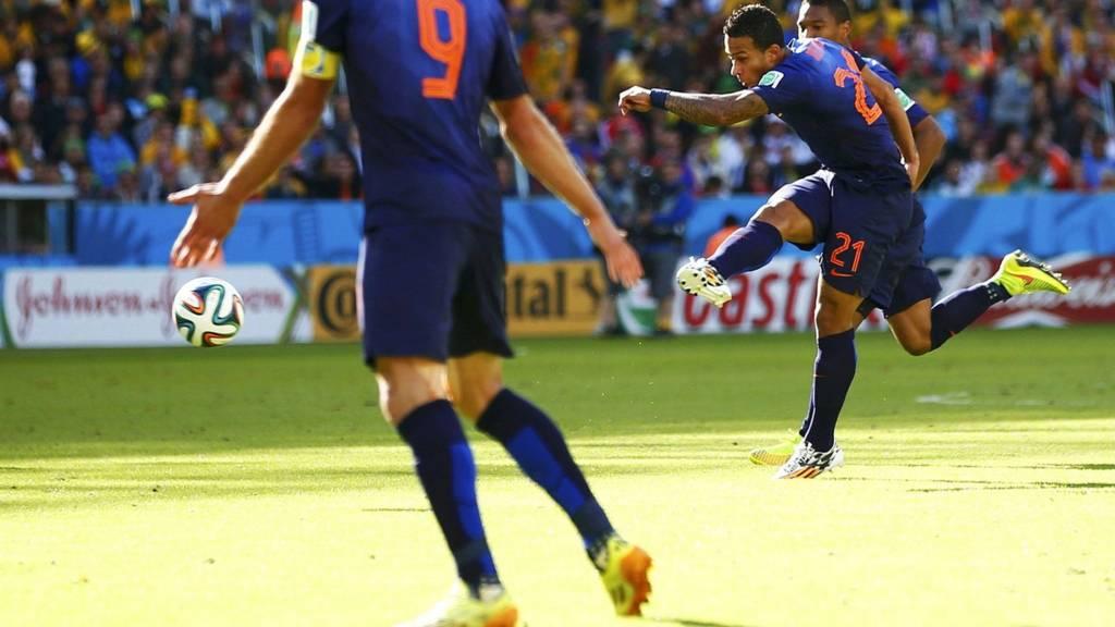 Memphis Depay of Netherlands scores against Australia