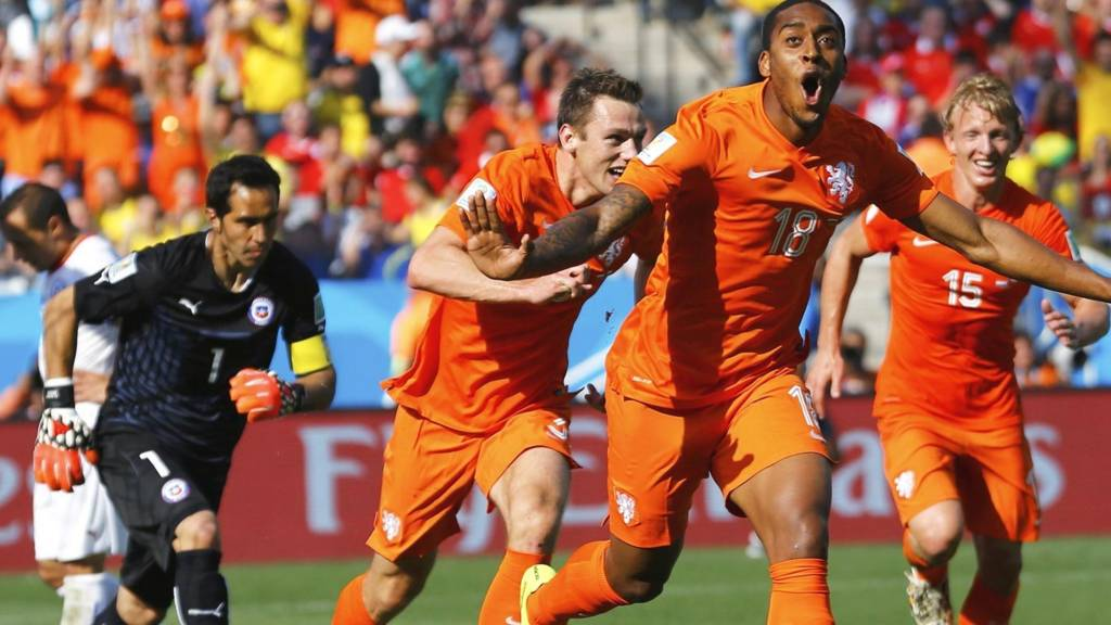 Leroy fer celebrates after putting the Netherlands ahead against Chile