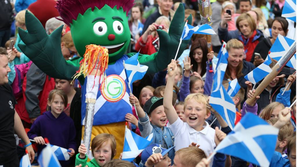 Clyde and crowds in Menstrie