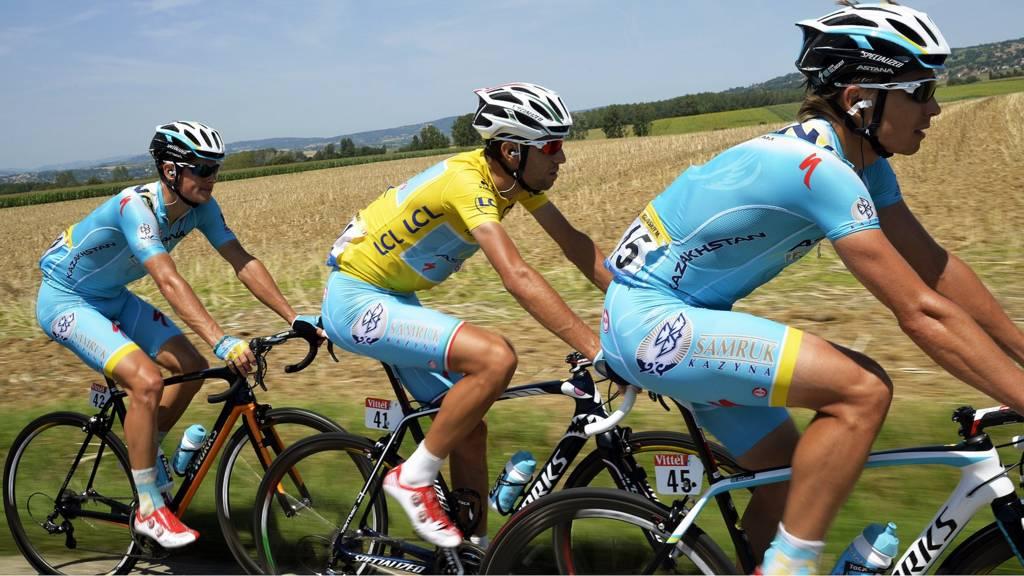 Vincenzo Nibali rides alongside team mates
