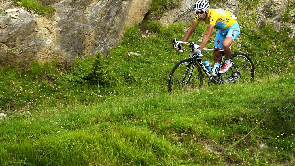 Vincenzo Nibali wears the yellow jersey