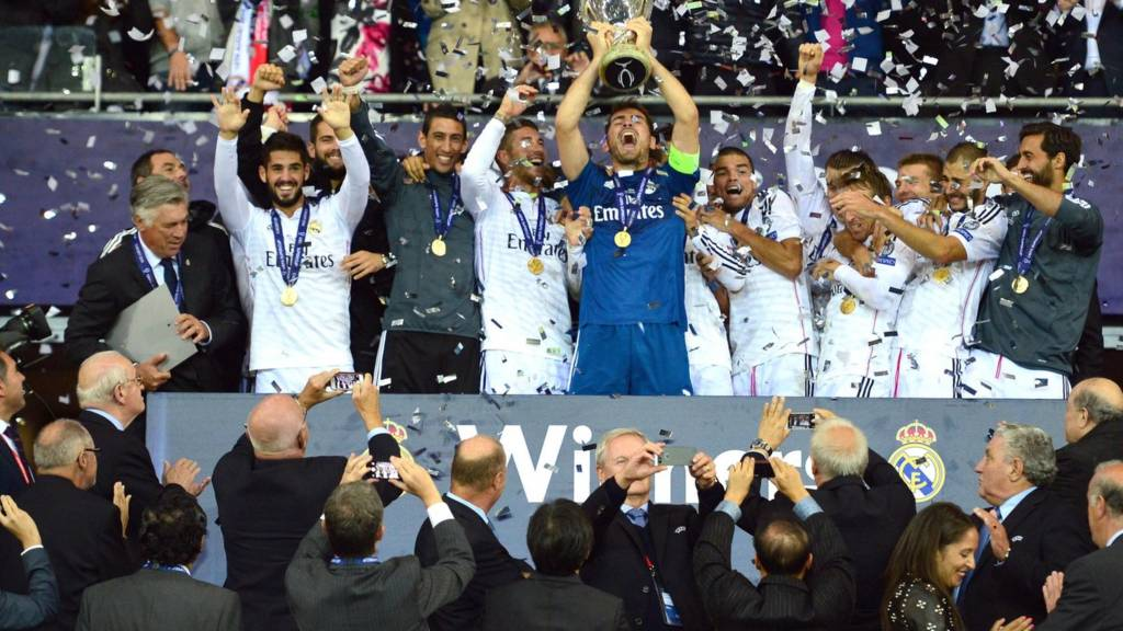 Iker Casillas lifts the trophy after Real Madrid defeat Sevilla in the UEFA Super Cup