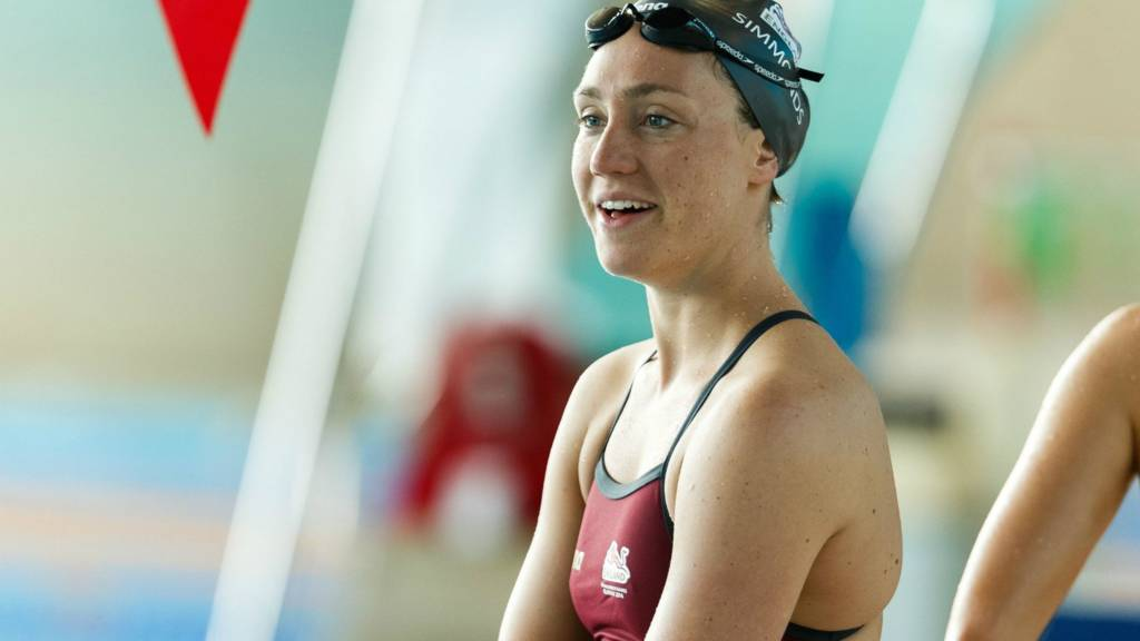 Lizzie Simmonds competes in the 200m backstroke final