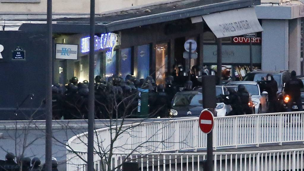 Security forces storm Paris supermarket