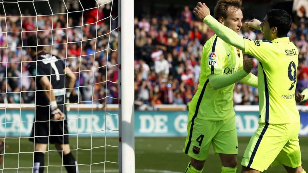 Suarez congratulates Rakitic