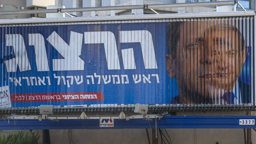 Rotating billboard showing campaign adverts for Benjamin Netanyahu (right) and Yitzhak Herzog (left) in Tel Aviv (14 March 2015)