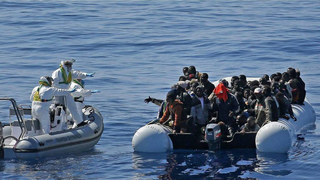 Migrants crowd an inflatable dinghy off the Libyan coast, in the Mediterranean Sea (22 April 2015)