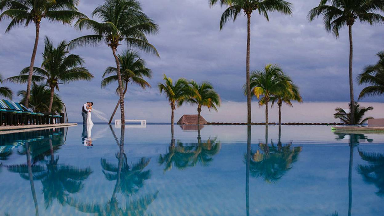 couple kissing in paradise