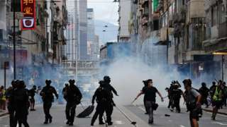 riot police fire tear gas in HK, 01 July