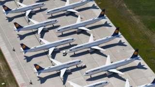 柏林勃兰登堡国际机场停机坪上因2019新冠病毒疫情而停飞的汉莎航空客机(23/4/2020)