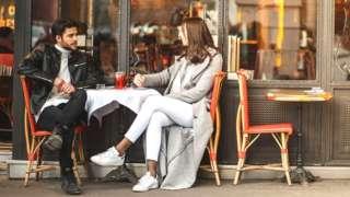 Беседа за столиком в кафе