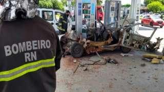 Bombeiro ao lado de veículo destruído por explosão provocada por conversão clandestina para GLP