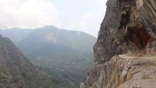 भारतको पिथौरागढ जिल्लाको गर्वाधारबाट सुरु भई नेपालको लिपुलेक हुँदै चीनको मानसरोवर जोड्नेगरी भारतले निर्माण गरेको विवादित सडक