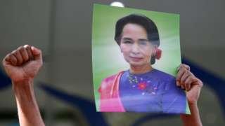泰国示威者手持昂山素季照片,抗议缅甸军方发动政变