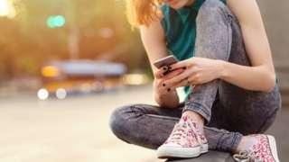 Девојка с телефоном