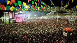 Milhares de pessoas na abetura do São João de Caruaru, em 2019