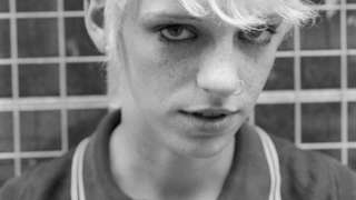 Jovem skinhead fotografada com a marca nos anos 1980, em Londres