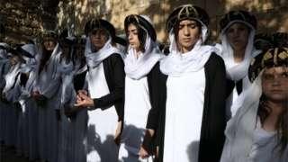 أيزيديات اثناء الاحتفال بالعام الأيزيدي الجديد يوم 17 أبريل/نيسان
