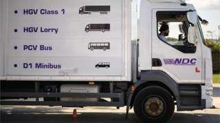 Десятки тисяч водіїв з ЄС залишили Британію. А майбутні водії не могли протягом більш ніж року складати кваліфікаційні тести через пандемію