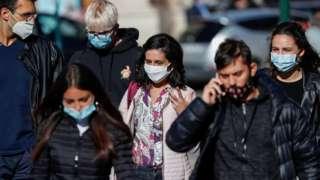 Pessoas usando máscaras em Roma, no dia 8 de outubro
