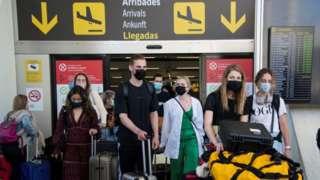 Turistas chegando a aeroporto na Espanha