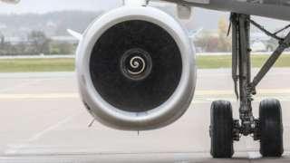 중국에서는 비행기 이륙을 앞두고 동전을 엔진에 던져 안전을 기원하는 풍습이 있다