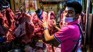 Un vendedor en un mercado mojado en Bangkok