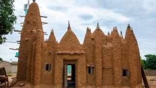 Masjid bergaya Sudano-Sahelian di Kouto, Pantai Gading