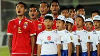 ရန်ကုန်မှာ ကျင်းပတဲ့ ၂၀၁၆ အာရှဘောလုံးအဖွဲ့ချုပ် ဆူဇူကီးဖလားပြိုင်ပွဲ အုပ်စုပွဲမှာ နိုင်ငံတော်သီချင်း သီဆိုနေတဲ့ မြန်မာအသင်းသားတွေနဲ့ ကလေးငယ်တွေ