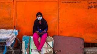 Женщина на опустевшем базаре в Дели