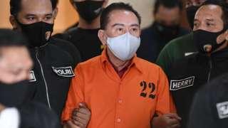 Terpidana kasus korupsi pengalihan hak tagih (cessie) Bank Bali Djoko Tjandra (tengah) dibawa petugas Kepolisian saat penandatanganan berita acara penyerahterimaan kepada Kejaksaan Agung di kantor Bareskrim Mabes Polri, Jakarta, Jumat (31/07).