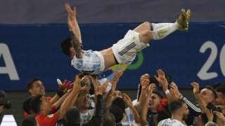 Takım arkadaşları kupayı kutlarken Messi'yi havaya attı