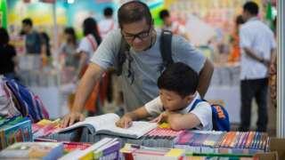 鲍朴对BBC中文表示,铜锣湾书店事件发生后,不管是在香港书展还是在平日的香港书店中,这些政治敏感书籍的数量都急剧下降,销量也急剧下降。